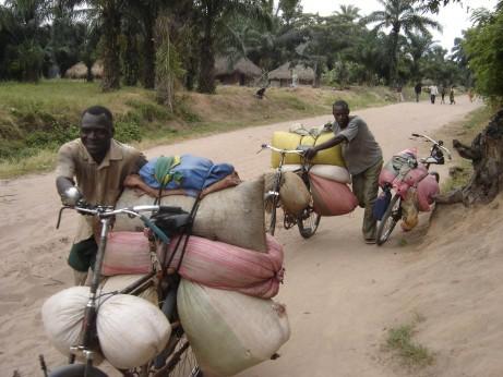 Txirrindulariak Kongon. egileen baimenarekin