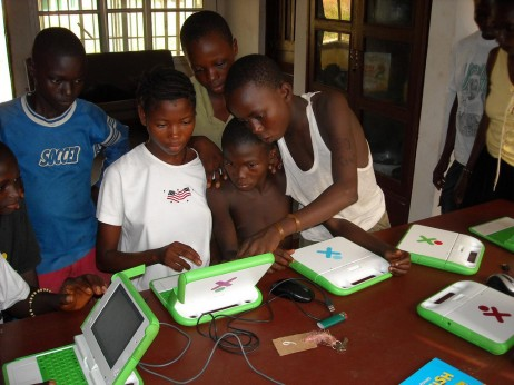 Papua Ginea Berriako umeak 'XO' ordenagailua erabiltzen. CC-by One Laptop Per Child