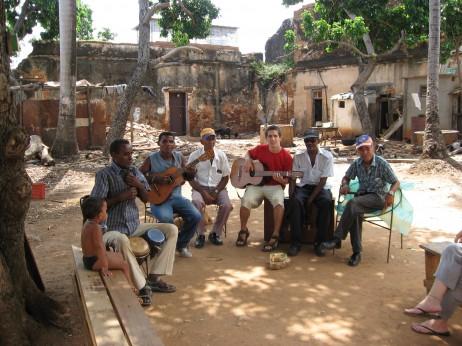 Cienfuegos-eko jubilatu musikariekin