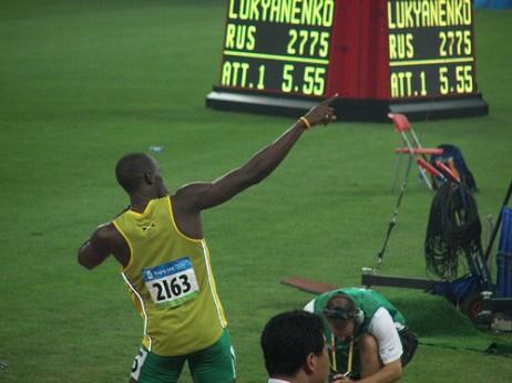 Usain Bolt bere keinu bereizgarria eginaz