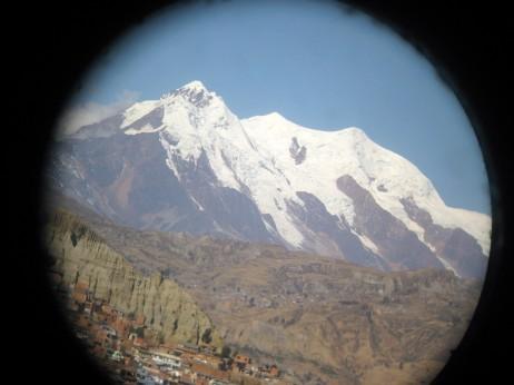 Illinami mendiak Boliviako hiriburua, La Paz, babesten du.