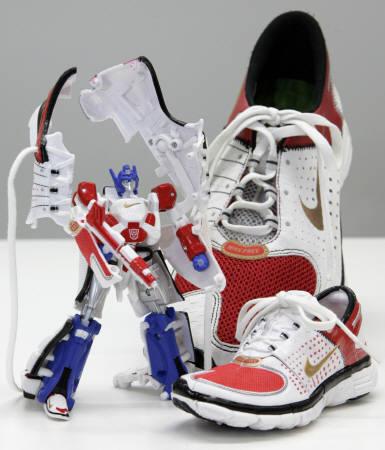 Transformers filmean inspiratutako oinetakoak. Nike-ek atera zituen Japonian eta robot bilakatzen dira.