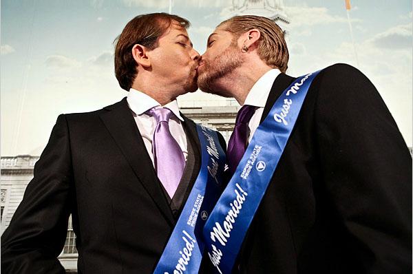 Ehunka bikote homosexual ezkondu dira New Yorken