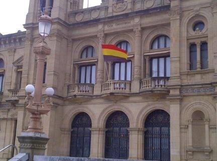 Donostian bandera errepublikarra jarrita PPko zinegotzia biluztu dute