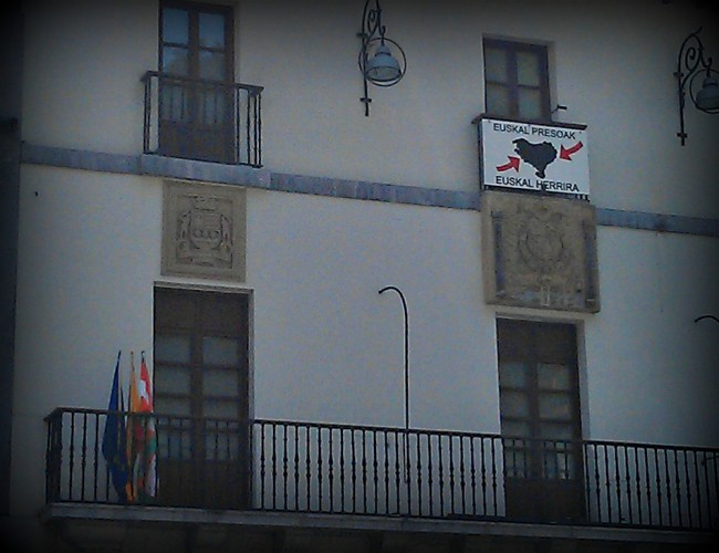 Espainiako banderaren inposaketa onartu behar al dute udalek?