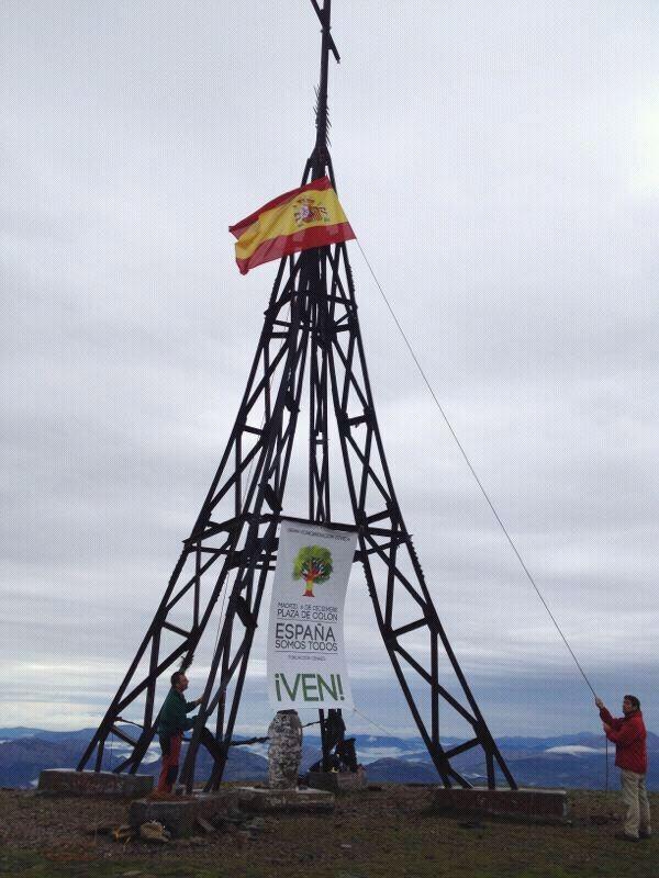 Gorbea mendiko gurutzean Espainiako bandera jarri dute, beste behin