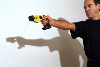 Antoine di Zazzo Taser pistolarekin