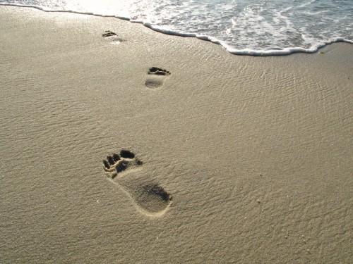 huellas-de-pies-en-la-arena-agua