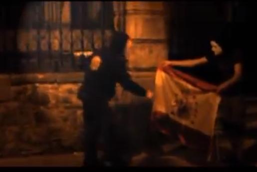 Gernikako juntetxeko Espainiako bandera erre dute (bideoa)