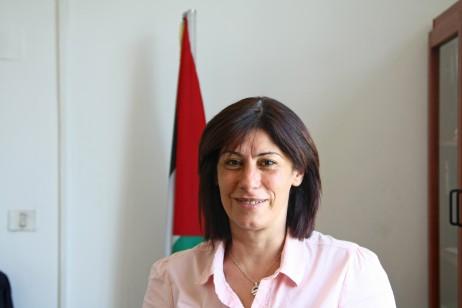 Khalida Jarrar, Palestinako Askapenarako Herri Frontearen (PAHF) kidea, Palestinako Kontseilu Legegilean diputatua, eta Palestinako Kontseilu Legegilearen Presoekiko Komitearen presidentea.