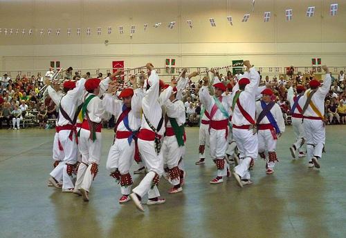 Diasporako gazteak: folklorea bai, euskara ez