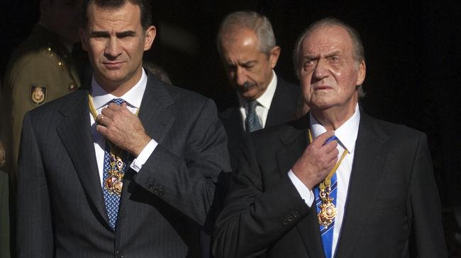 Juan Carlos I-ak abdikatu egin du Felipe printzeari kargua uzteko asmoz