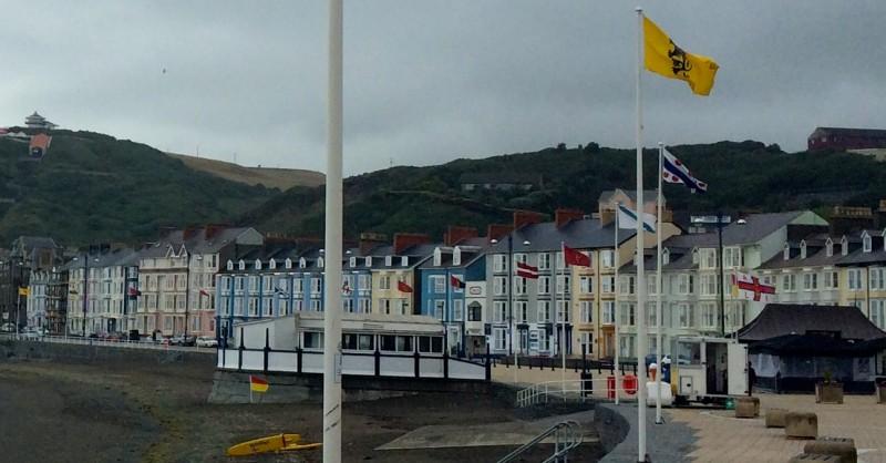 Aberystwyth-eko malekoian estaturik gabeko nazioen banderak. -ikurrina ere badago-