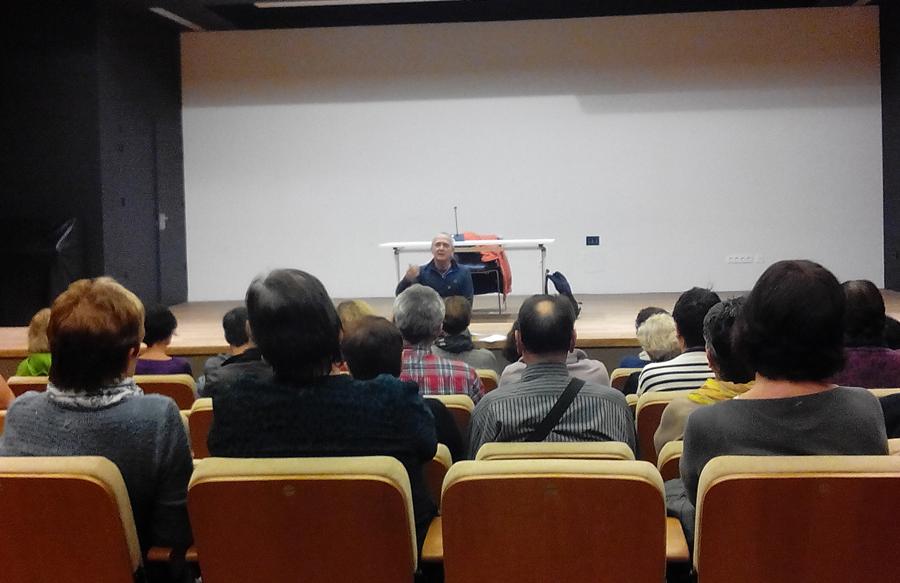 """Sabino Cuadrak """"Arrojado a los leones"""" liburua aurkeztu zuen atzo Hondarribiko kultur-etxean"""