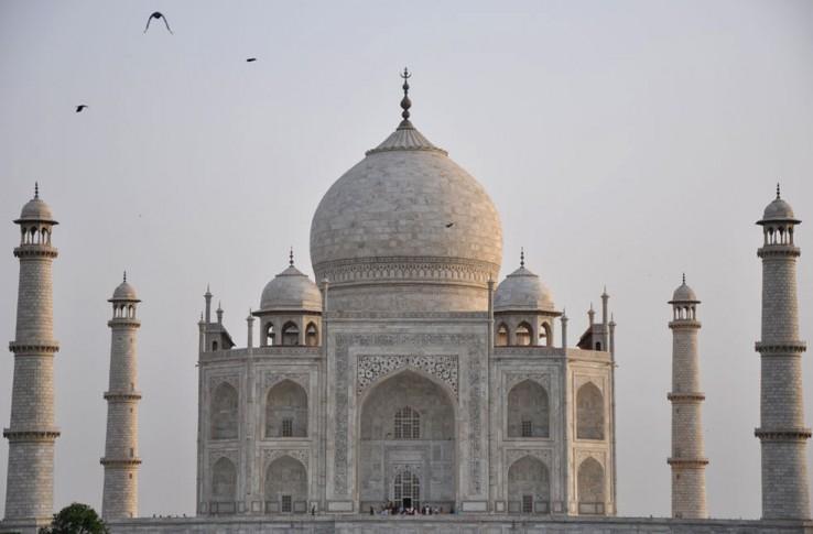 India - Bikote bat beren burua hiltzen saiatu da Taj Mahalen