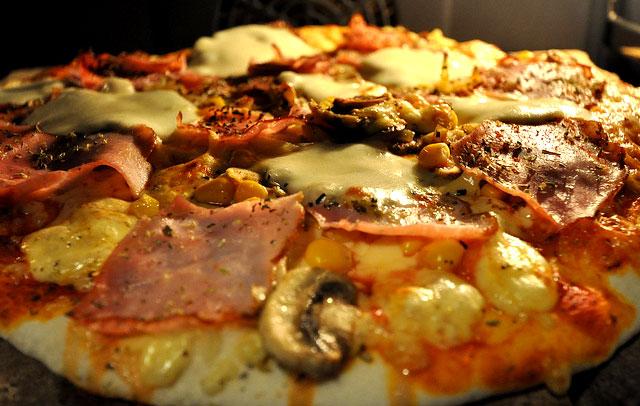 Asteburu honetan: Tomate, mozzarella, barrengorri eta urdaiazpiko pizza