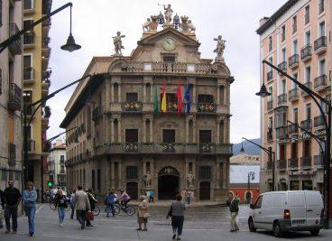 Iruñeko Udaleko aldaketaren gobernuak zazpi lan deialditan urratu du Euskararen Ordenantza