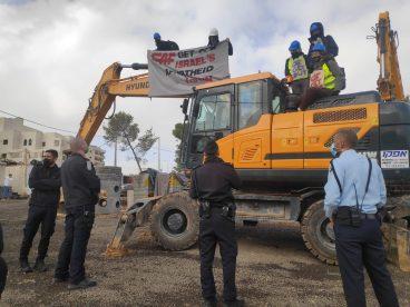 Israeldar aktibistek tren lasterraren obrak oztopatu dituzte, CAF-i erretira dadila eskatzeko