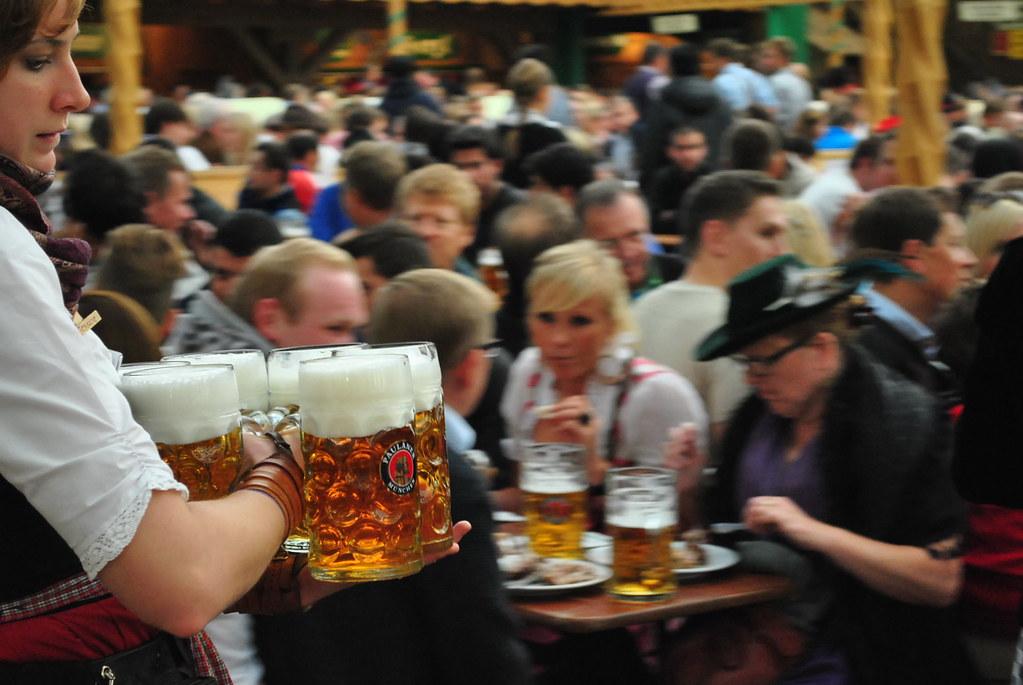 """Ostiral arratsaldea Argazkia: """"Mass Bier!"""" by Chris Benseler is licensed under CC BY 2.0"""