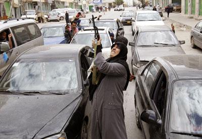 Libiako herritar bat aliatuen esku hartze militarraren berria ospatzen