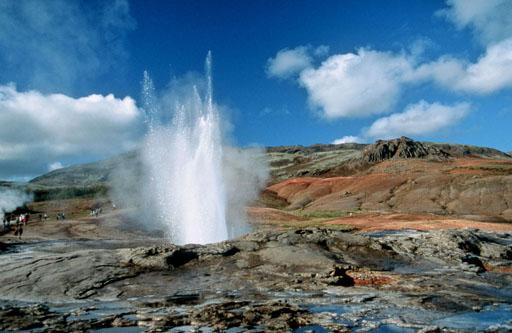 Haukadalur eremuko geyser baten erupzioa, 2000. urtean. Islandiak baliabide natural handiak dauzka eta baliteke horien ustiapena erabiltzea ekonomia berrindartzeko