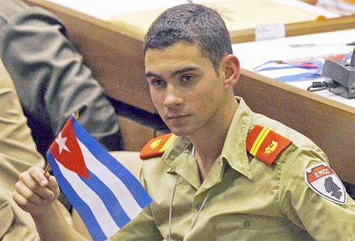 Elian Gonzalez, Kubako ofizial uniformearekin