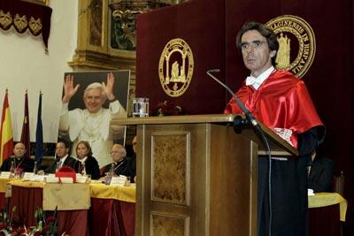 Aznar, atzean Aita Santuaren irudia duela