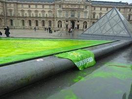 Independentista sarekoek ekintza irudimentsua egin dute Madrilen eta Parisen