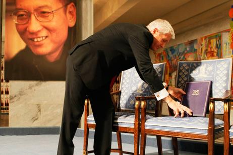 Nobel sarien banaketa ekitaldian Liu Xiaboren argazkia aulki hutsean